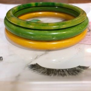 Bakelite Jewelry - Set of 3 Vintage Bakelite Bangles 💛💚